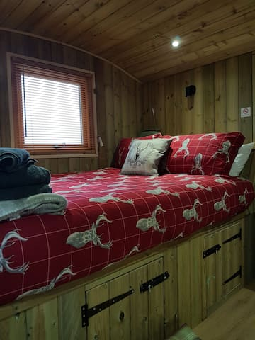Pinewoods Traditional Shepherds Hut Pet Friendly.
