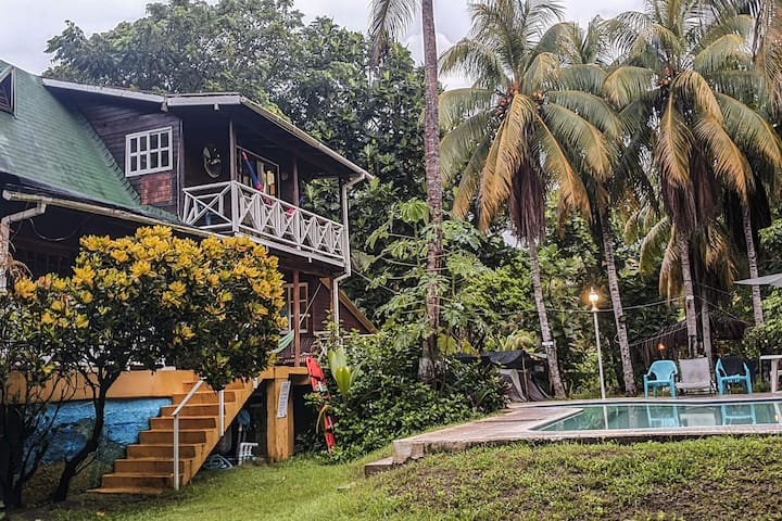 Ecofriendly two-story house with a fantastic pool a few minutes from the beach!