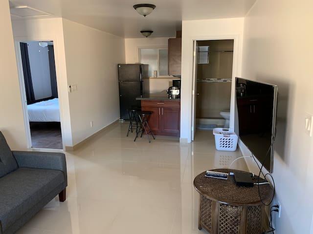 New cozy 2 bedroom/1 bathroom close to airport