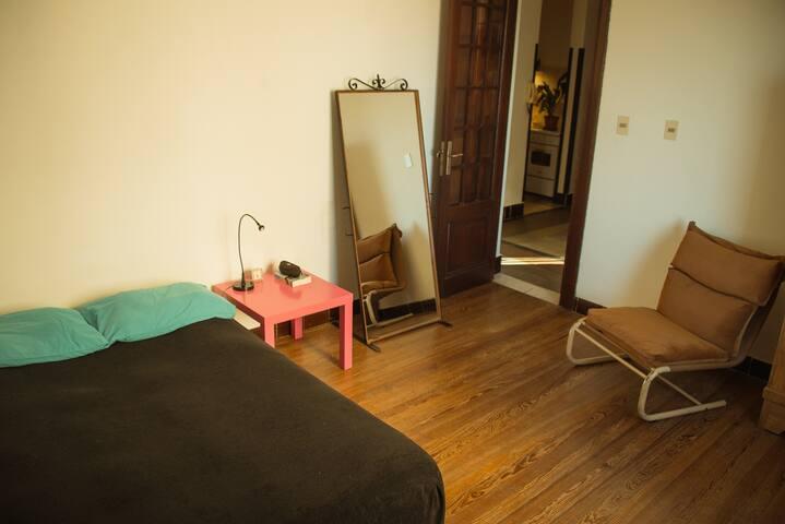 Habitación con cama doble enfrente a  Plaza Zabala