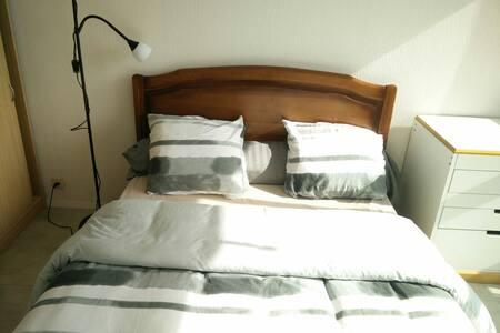 Chambre ensoleillée près du campus.