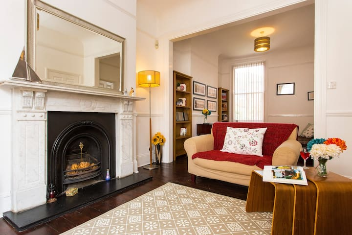 Charming 4BR Victorian Home in Sydenham - London - House