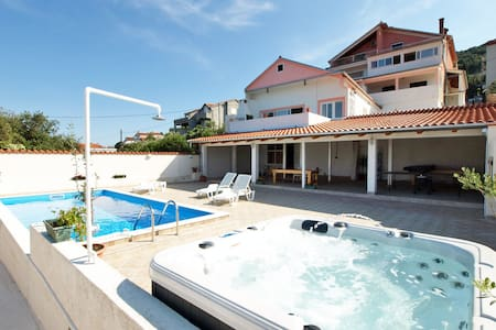 Seaview apartment with jacuzzi