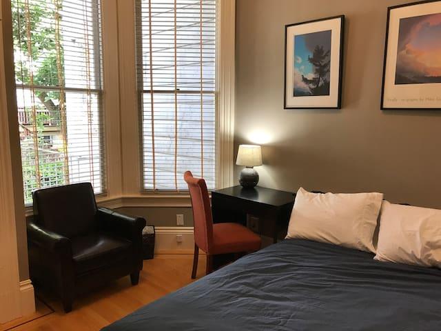 Haight Ashbury private room w/private half bath