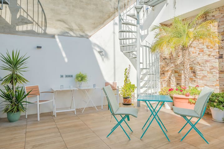 Air-conditioned Studio-Apartment in the Heart of the Old Town with Rooftop Terrace and Wi-Fi