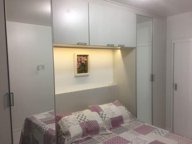 Suite cama casal, guarda roupa espelhado