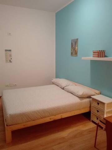 Camera matrimoniale con bagno personale e giardino