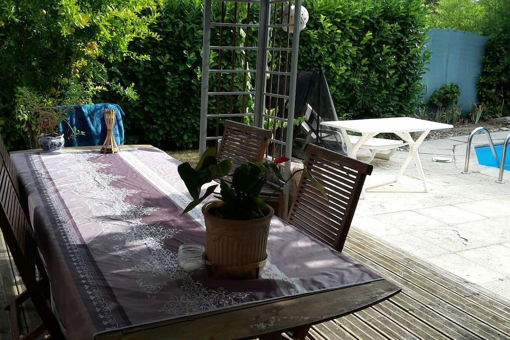 La terrasse qui donne sur le jardin et la piscine