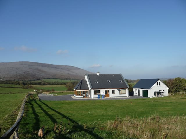 The Heart Of The Burren - Bealaclugga - Hus