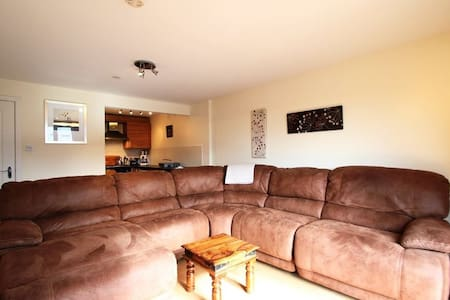 Spacious south facing apartment with parking - Glasgow - Apartment
