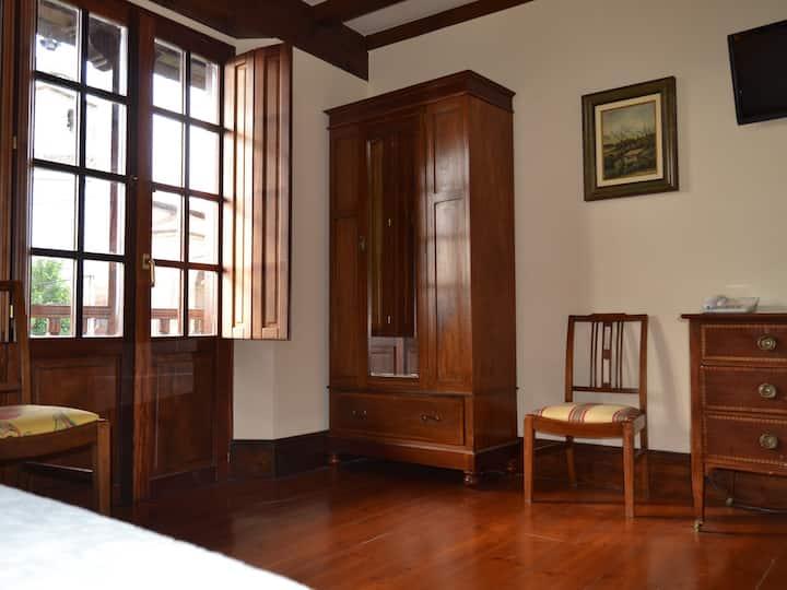 Cama de Matrimonio o Dos Camas-Baño privado con hidromasaje-Balcón
