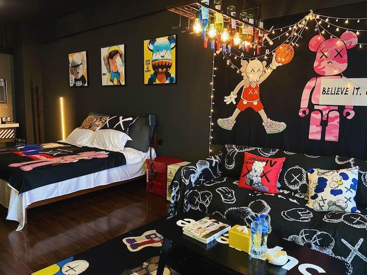 【今夜不打烊民宿】2号房,位于湘潭中心B座29楼,落地窗、巨幕投影、手机投屏、酒吧ins