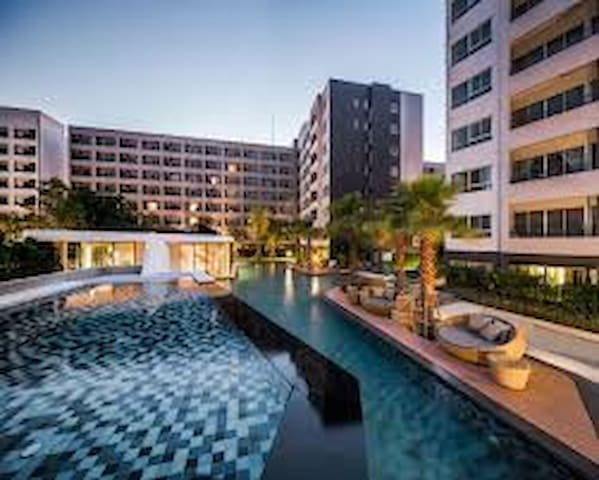 素坤逸路64巷两卧室套房 靠近BTS 711 免费高速网络 70米大型泳池 健身房 台球室 阅览室