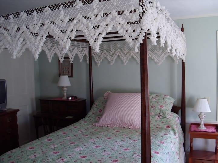 Canopy Room, with private bath & breakfast