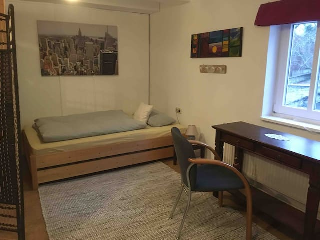 Wohn-Schlafzimmer im Dachgeschoss Galerie Bett 120/200