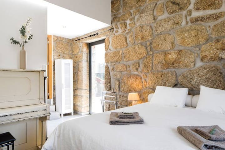 Spacious (tower)room in renovated old farmhouse - Tondela - Apartemen