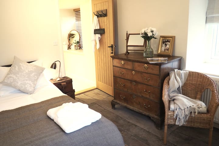'Pen- Y- Crug' has a king size double with it's own en-suite, The original oak floorboards have been exposed.