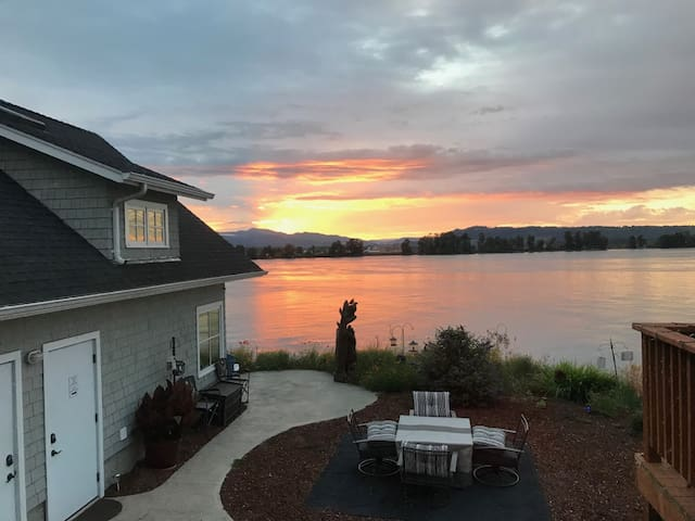 River's Edge Loft located on the Columbia River