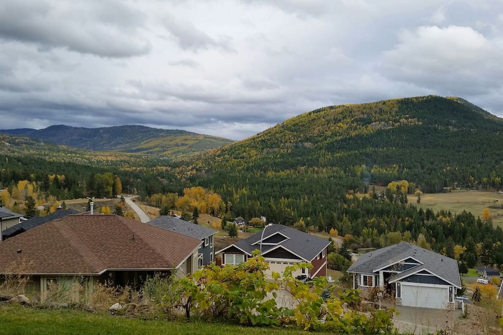 Beautiful view of the hillside. Silver Star is only a 15 min drive away!