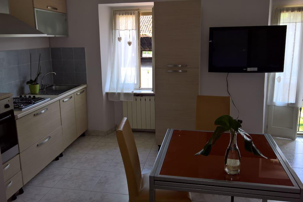 Cucina abitabile con tv