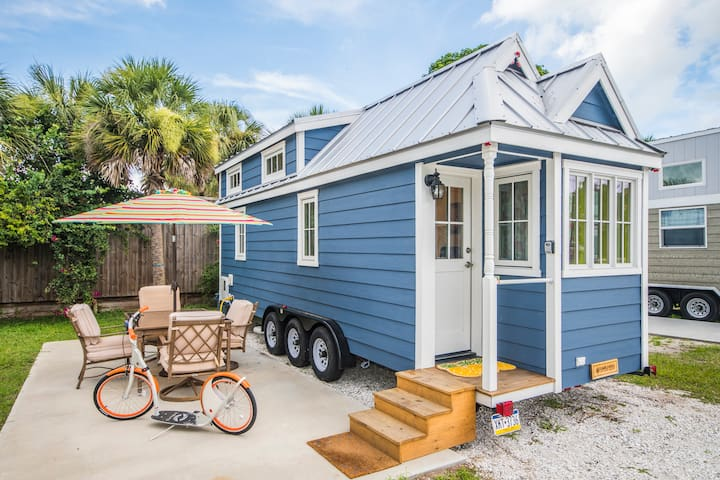 Tiny House Eleanor- bright & beautiful near the beach with Free WiFi