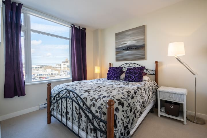 COZY AND MODERN DOWNTOWN SUITE WITH FREE PARKING