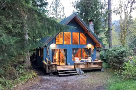 Mt Baker Rim Cabin #53 - A cozy cabin with a open fire place and outdoor hot tub
