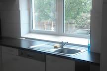 Küche mit Spülmaschine, Herd und Kühl-/ Gefrierschrank