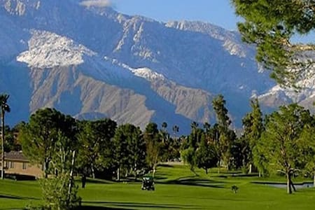 TRANQUIL AND MAGNIFICANT VIEWS ON THE GOLF COURSE. - Desert Hot Springs - 独立屋