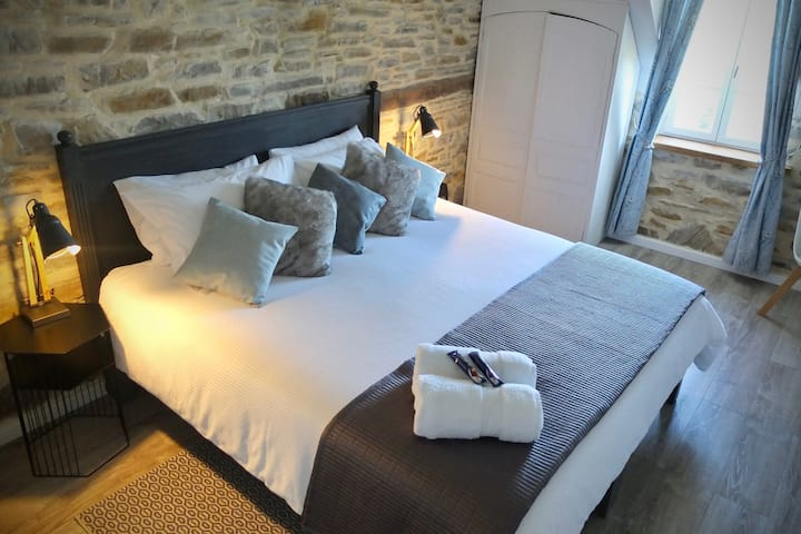 Cosy double room 20 minutes south of Pau (O)