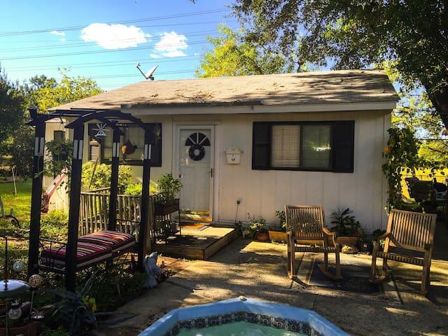 Cottage @ The Mustache House - San Antonio - House