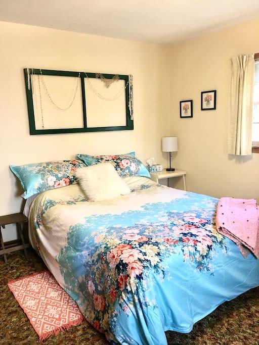 Guest room 1- queen