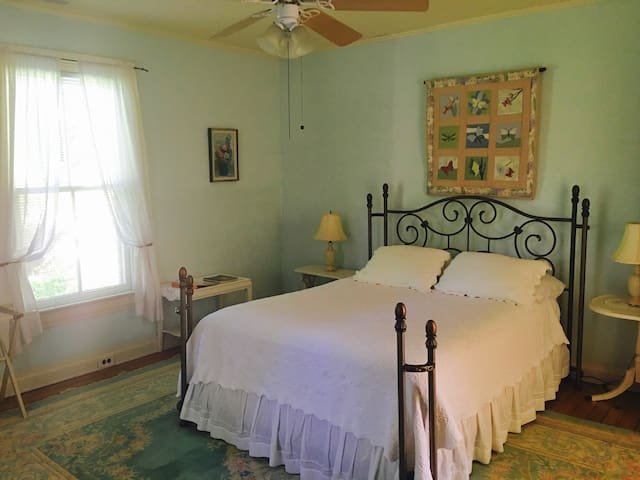 Classic & Cozy B&B: The Meadow Room - Pittsboro