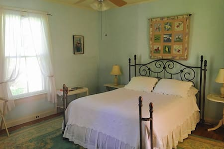 Classic & Cozy B&B: The Meadow Room - Pittsboro - Bed & Breakfast