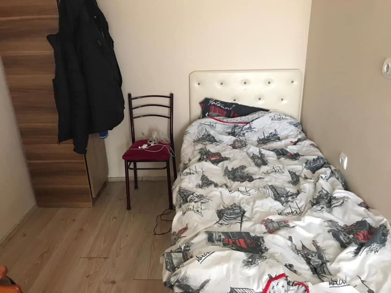 tek kişilik yatak odasıdır.odada tek kişilik yatak vardır.odadaki prizler çalışıyor.giysi dolabı geniş ve temizdir.isteyen kullanabilir.yerler parkedir.odada ısıtıcı vardır.