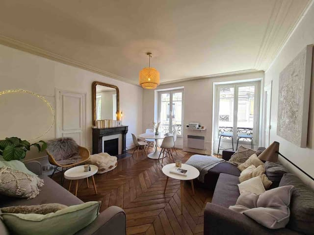 Cosy private room in central Parisian appartement