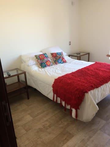 Dormitorio principal en suite, cama dos plazas Rosen con sistema eléctrico vibración y elevación pies y/o parte superior, televisor con cable wi fi