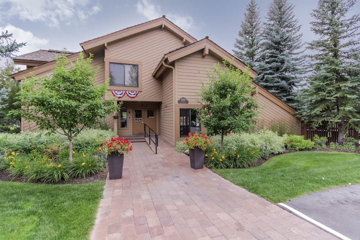 Western-style condo w/ shared hot tub & pool, walk to slopes!