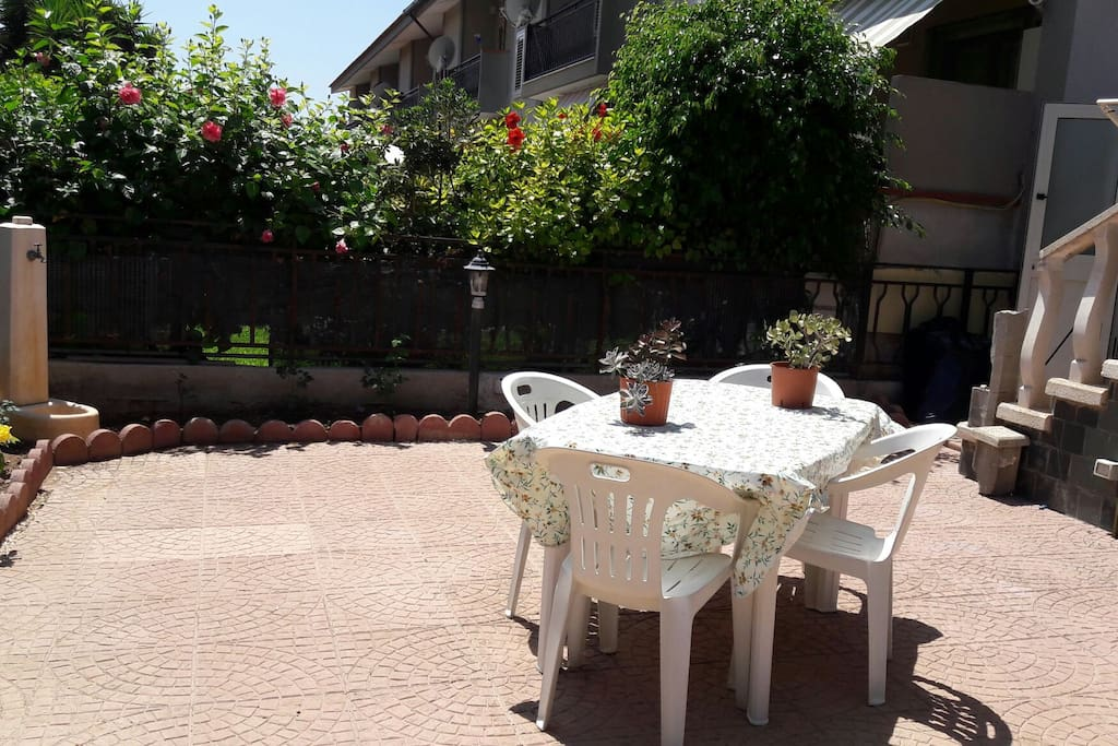 GIARDINETTO PRIVATO CON VERANDA E BARBECUE
