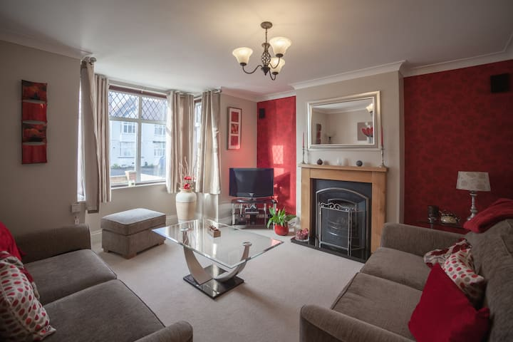 Stunning 4 Bedroom House, 5 Minute Walk to Centre