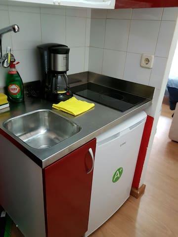 COCINA, CAFETERA, NEVERA Y ARTÍCULOS DE LIMPIEZA