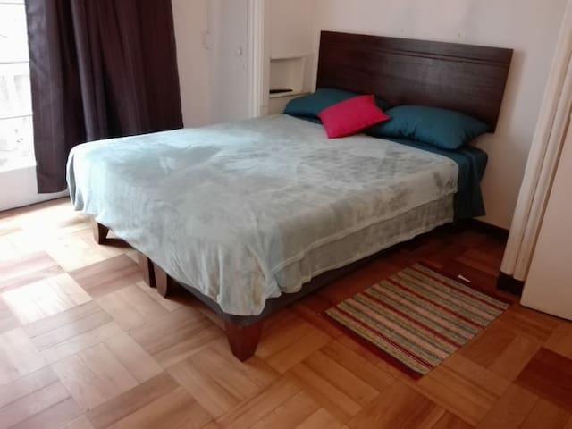 Dormitorio principal, lámparas de pie a cada lado de la cama, cuenta con 2 armarios.
