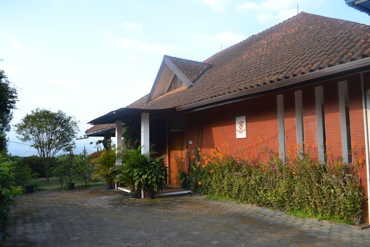 Vila Bunga Merah Gelatik - Lembang - Huvila