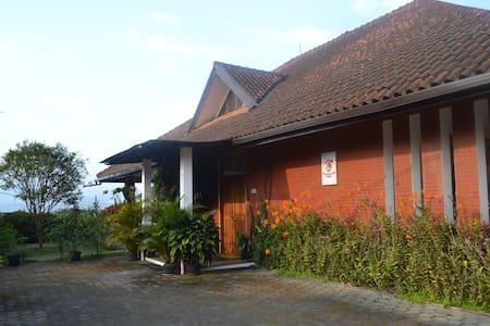 Vila Bunga Merah Gelatik - Lembang