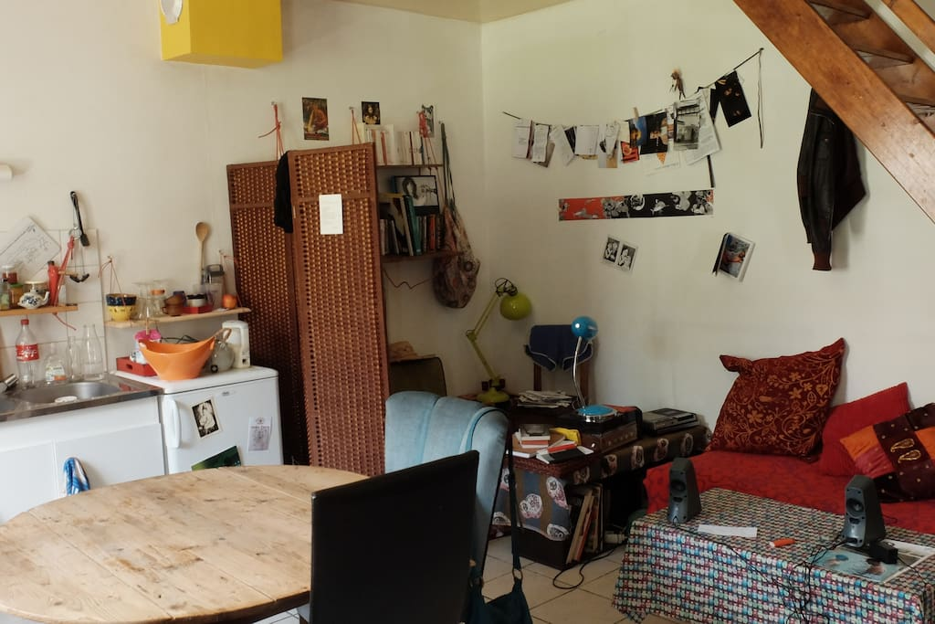 Au rez de chaussé se trouve la pièce principale avec coin cuisine et salon sous l'escalier. La fenêtre et la porte d'entrée donnent directement sur le jardin.