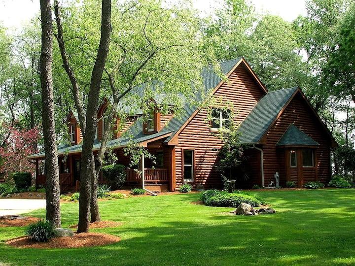 "White Tail Oaks Lodge ""Yellow Room"""