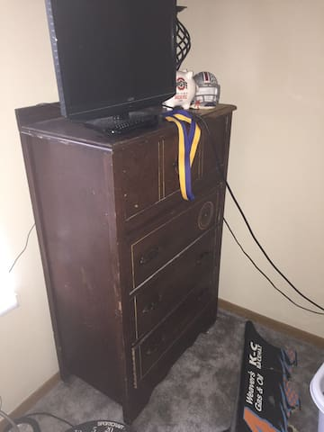 1 bed room with bed and tv - Marysville - Apartment