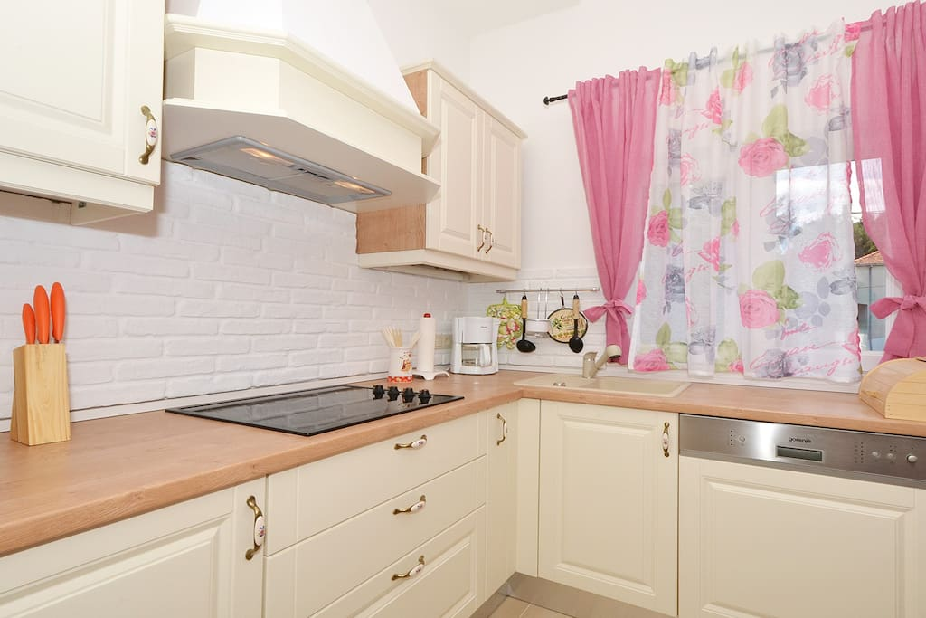 BRAND NEW LUXURY KITCHEN - WITH DISHWASHER, MICROWAVE, OVEN, 4 CERAMICS STOVE AND TOP QUALITY AC