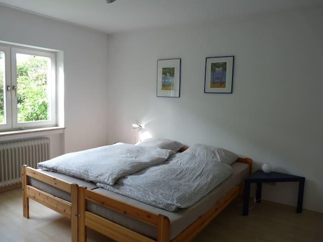 Schlafzimmer Nr.1  (Doppelbett kann  auch zu zwei Einzelbetten gestellt werden)