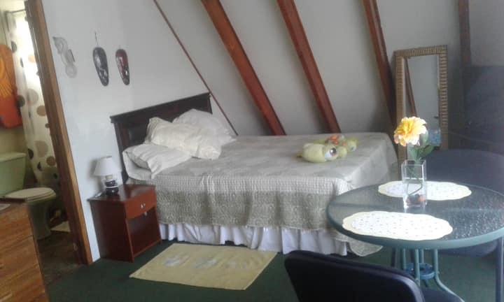 habitación con balcón iluminada,baño privado centr